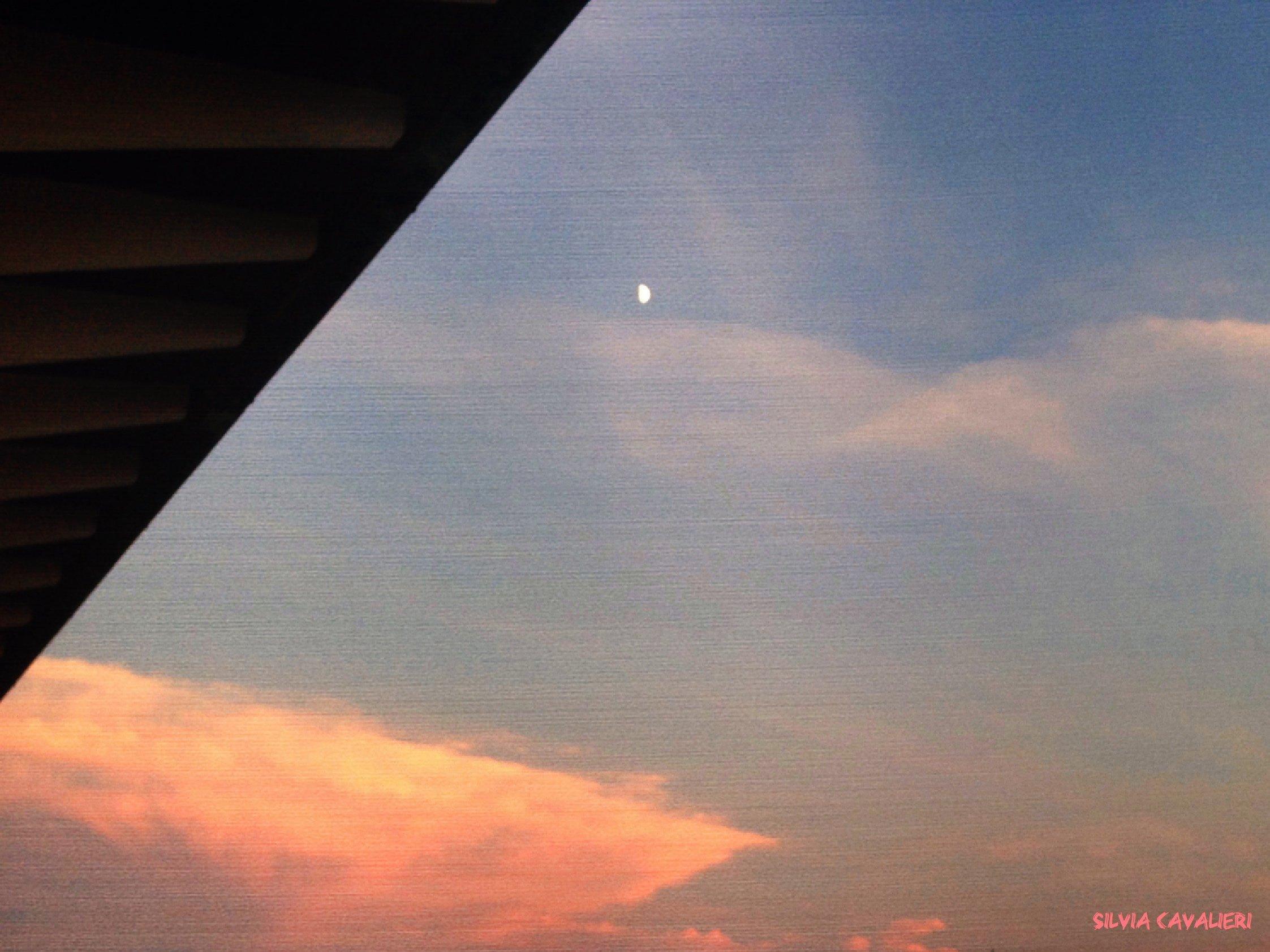 Tappeto di nuvole rosa con luna.jpg
